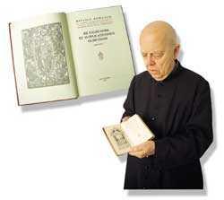 Qui sopra, padre Amorth mostra il frontespizio del vecchio Rituale degli esorcismi; a sinistra, in alto, il nuovo Rituale